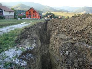 ryha na položenie vodovodného potrubia a elektrického káblu