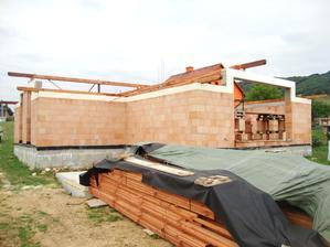 september 2013 začína sa robiť strecha.