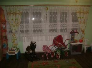 okna se závěsy a hračky