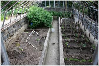 Původní stav skleníku. Konstrukci, která byla bez skel jsme odstarnili a pár let tu rostla zelenina - něco jako vyvýšené záhony