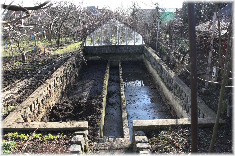 Vlastníma rukama - ze skleníku bazén - Letos v zimě se manžel pustil do kompletní likvidace, vyvozil hlínu, zboural poslední skla a betonové obrubníky.