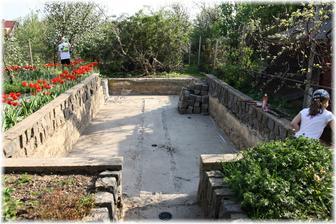 Bazén bude trochu kratší, než původní skleník, takže budeme posouvat zadní stěnu.