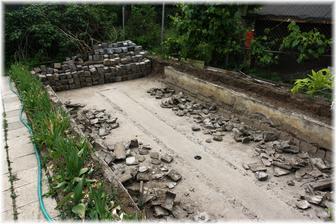 Včera jsme se dohodli, že nakonec zrušíme i horní kostky a postavíme vršek ze ztraceného bednění. Bazén nebude úplně zapuštěný. Krom toho, že dnes manžel všechno zboural, vyčistil a odvozil, složil taky skoro 5 tun bednění a betonu na stavbu...