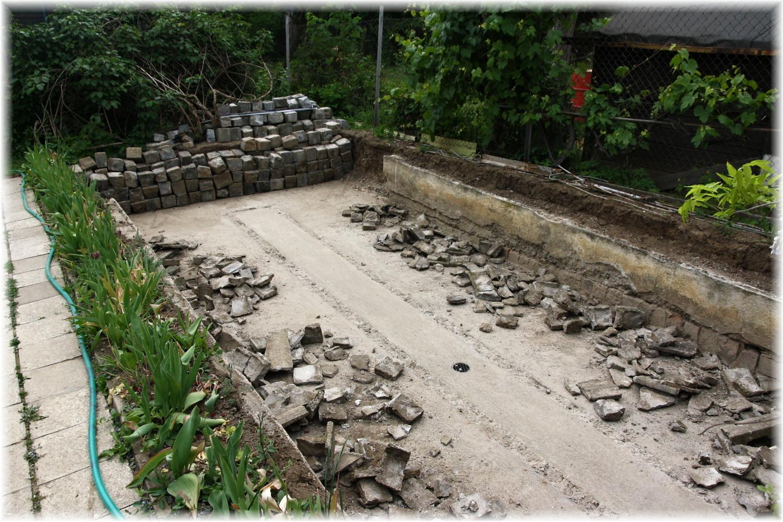 Vlastníma rukama - ze skleníku bazén - Včera jsme se dohodli, že nakonec zrušíme i horní kostky a postavíme vršek ze ztraceného bednění. Bazén nebude úplně zapuštěný. Krom toho, že dnes manžel všechno zboural, vyčistil a odvozil, složil taky skoro 5 tun bednění a betonu na stavbu...