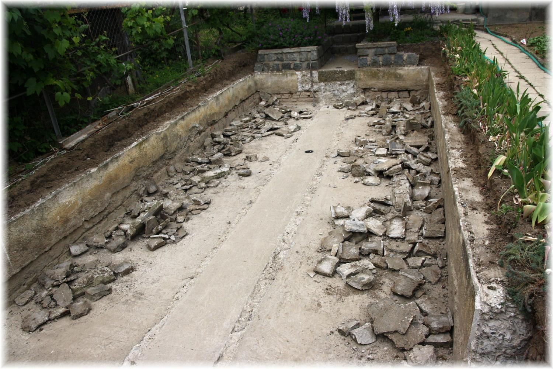 Vlastníma rukama - ze skleníku bazén - Dnešní stav. Myslím, že kdybysme prostě vykopali díru a nedrbali se se starým skleníkem, dalo by to míň práce, ale co už...
