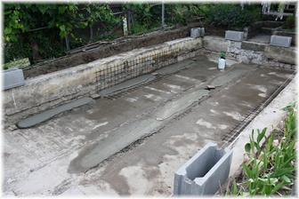 Dnešní vývoj - manžel si pohrál s vodováhou a udělal betonové pásy na srovnání dna. Všechen beton míchá ručně.