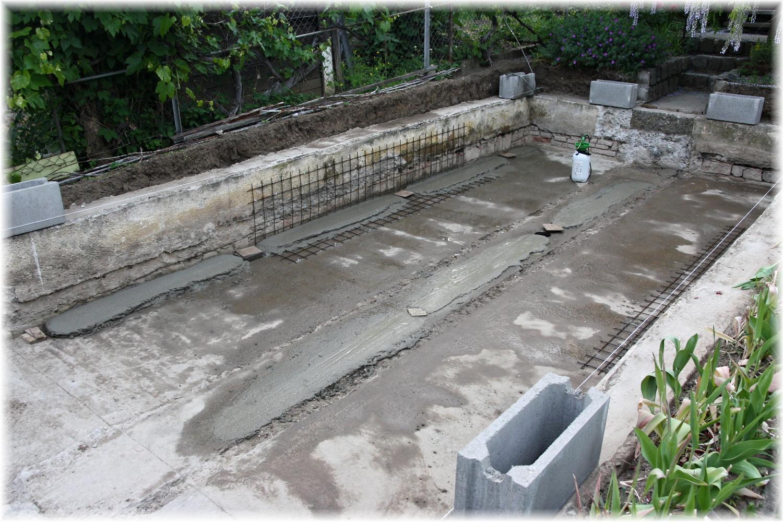 Vlastníma rukama - ze skleníku bazén - Dnešní vývoj - manžel si pohrál s vodováhou a udělal betonové pásy na srovnání dna. Všechen beton míchá ručně.