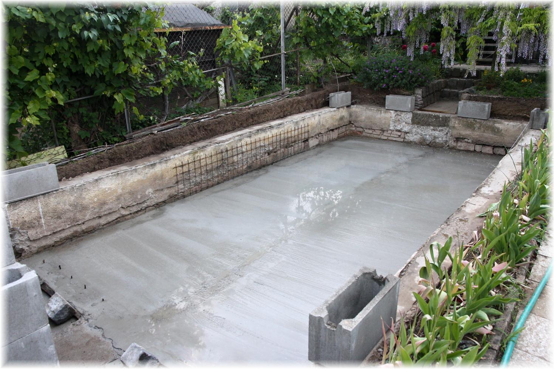 """Vlastníma rukama - ze skleníku bazén - Další den manželovy """"aktivní dovolené"""" za námi a máme hotový beton na dně."""