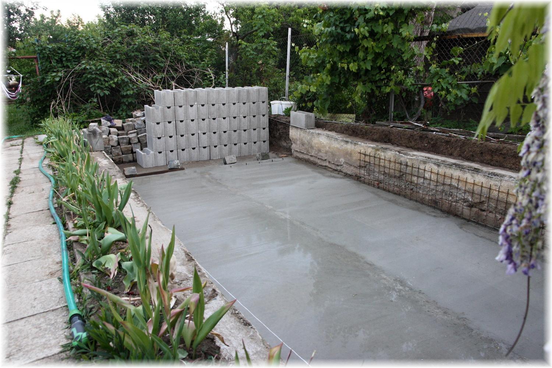 Vlastníma rukama - ze skleníku bazén - A protože betonování ho asi nevyčerpalo dostatečně, přenosil si ještě ztracené bednění, aby bylo po ruce...