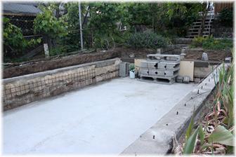 Dno srovnané, beton pomalu vysychá, tak se může začít srovnávat okraj