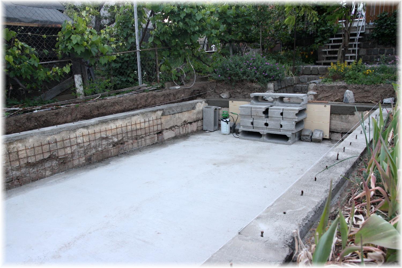 Vlastníma rukama - ze skleníku bazén - Dno srovnané, beton pomalu vysychá, tak se může začít srovnávat okraj
