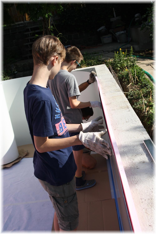 Vlastníma rukama - ze skleníku bazén - Plech se usazuje překvapivě snadno