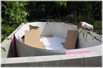 Delší strany oválu se musí přichytit k betonové zídce. A venku začíná být takové vedro, že jsem si musela udělat stín ;)