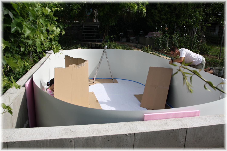 Vlastníma rukama - ze skleníku bazén - Delší strany oválu se musí přichytit k betonové zídce. A venku začíná být takové vedro, že jsem si musela udělat stín ;)