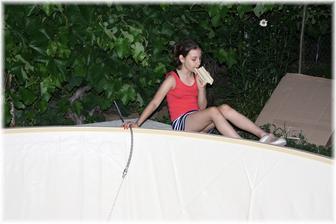 """Dcera napouší a při tom celou dobu brebentí do """"mikrofonu"""". Moderovala reportáž o stavbě bazénu :D"""