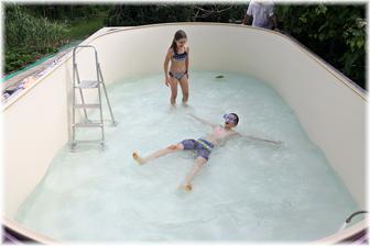 Pomalu dopouštíme vodu, děti už nevydržely a musely bazén otestovat.