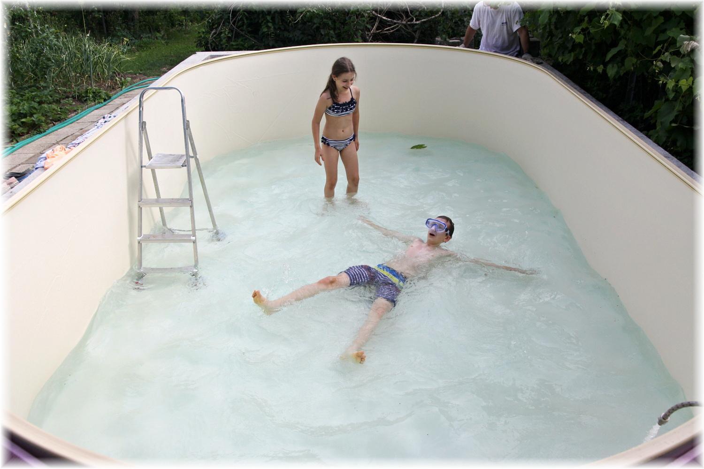 Vlastníma rukama - ze skleníku bazén - Pomalu dopouštíme vodu, děti už nevydržely a musely bazén otestovat.