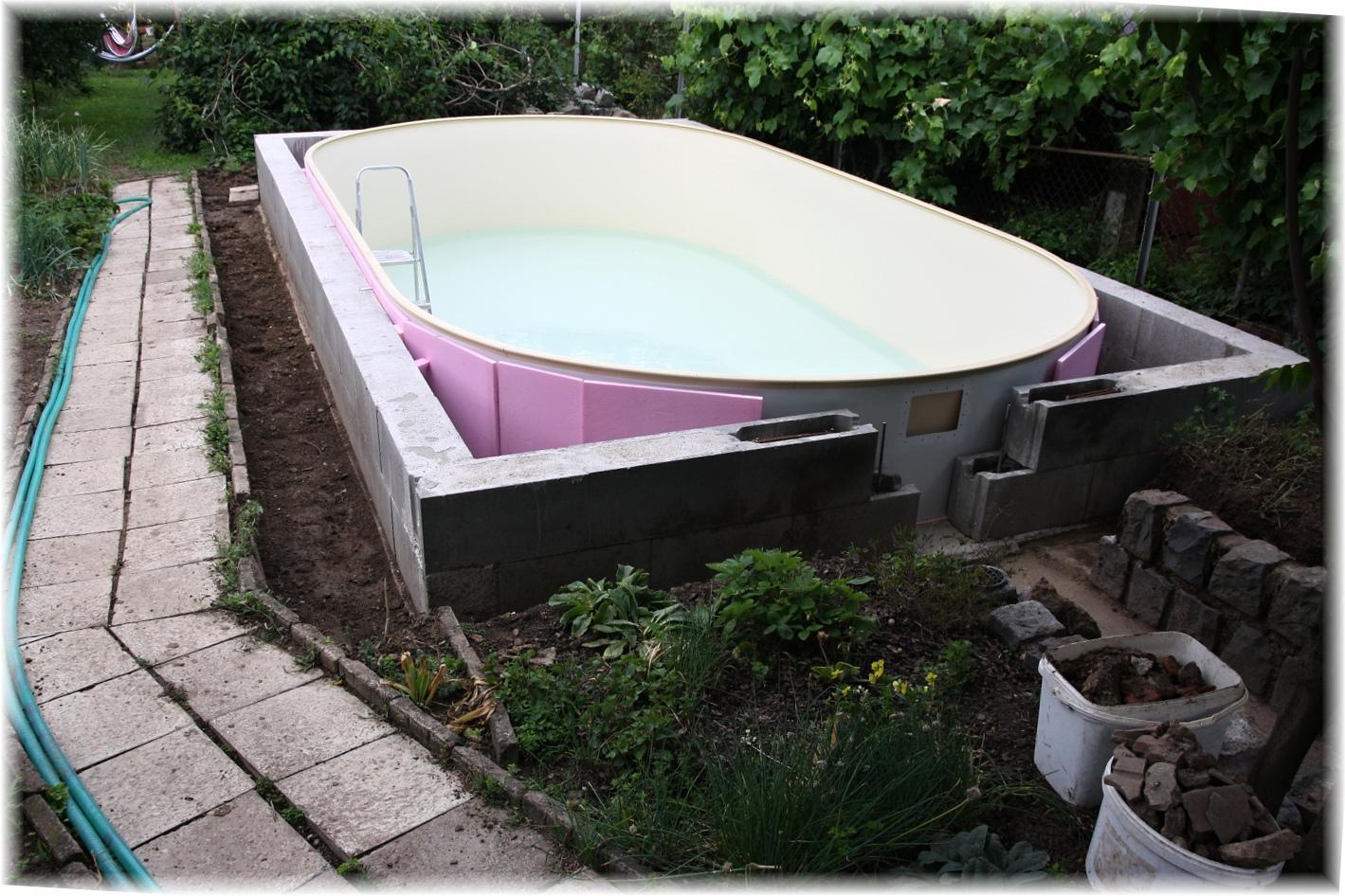Vlastníma rukama - ze skleníku bazén - včera začal manžel kopat díry na trubky