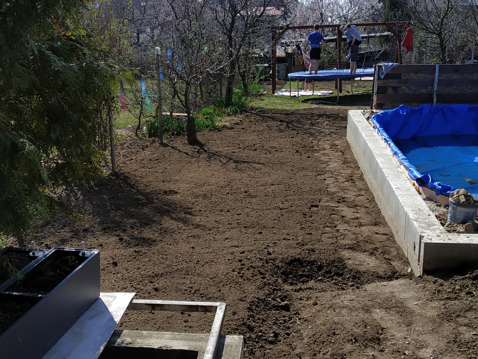 Vlastníma rukama - ze skleníku bazén - Chystáme se na terénní úpravy kolem bazénu