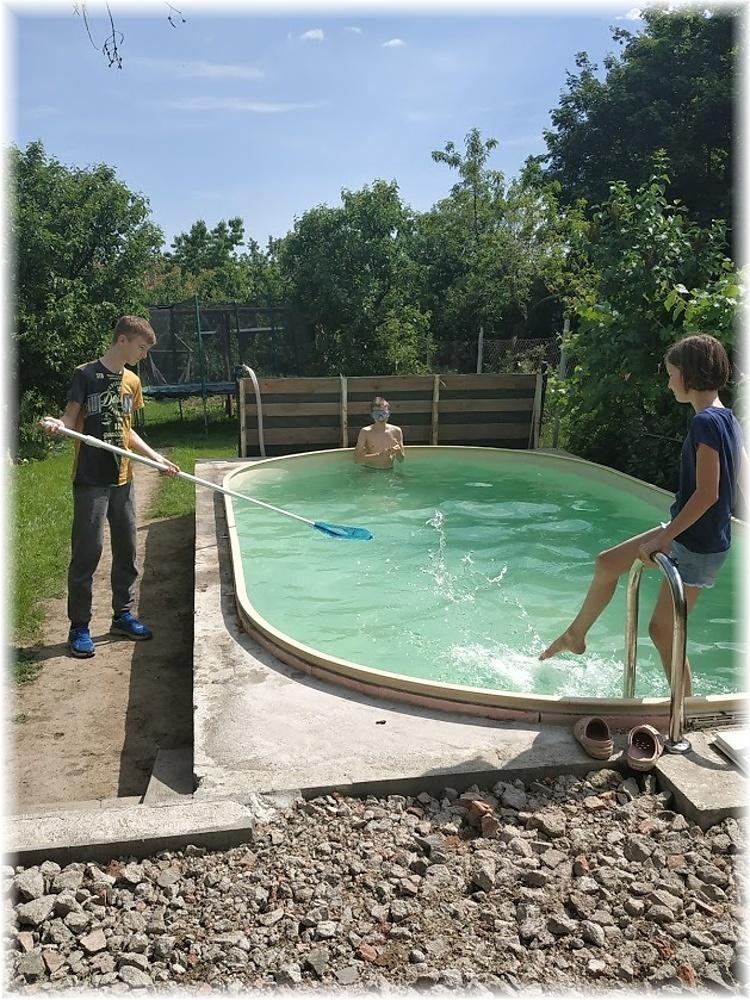 Vlastníma rukama - ze skleníku bazén - Taky jsme v sobotu odzimovali bazén. Částečně jsme dopouštěli vodu, takže měla 16°C, ale některé odvážlivce to neodradilo a dobrovolně otestovali.