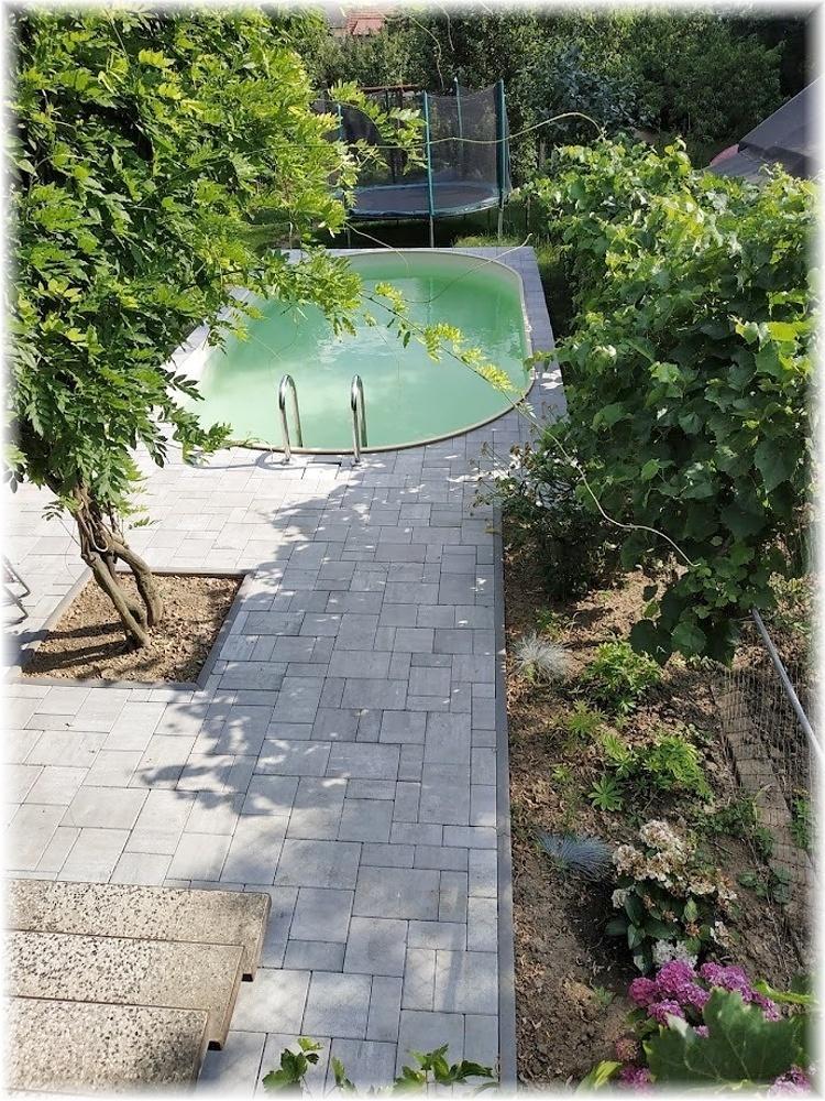 Vlastníma rukama - ze skleníku bazén - Zámkovka položena, dětičky se mohou vrátit z tábora :)