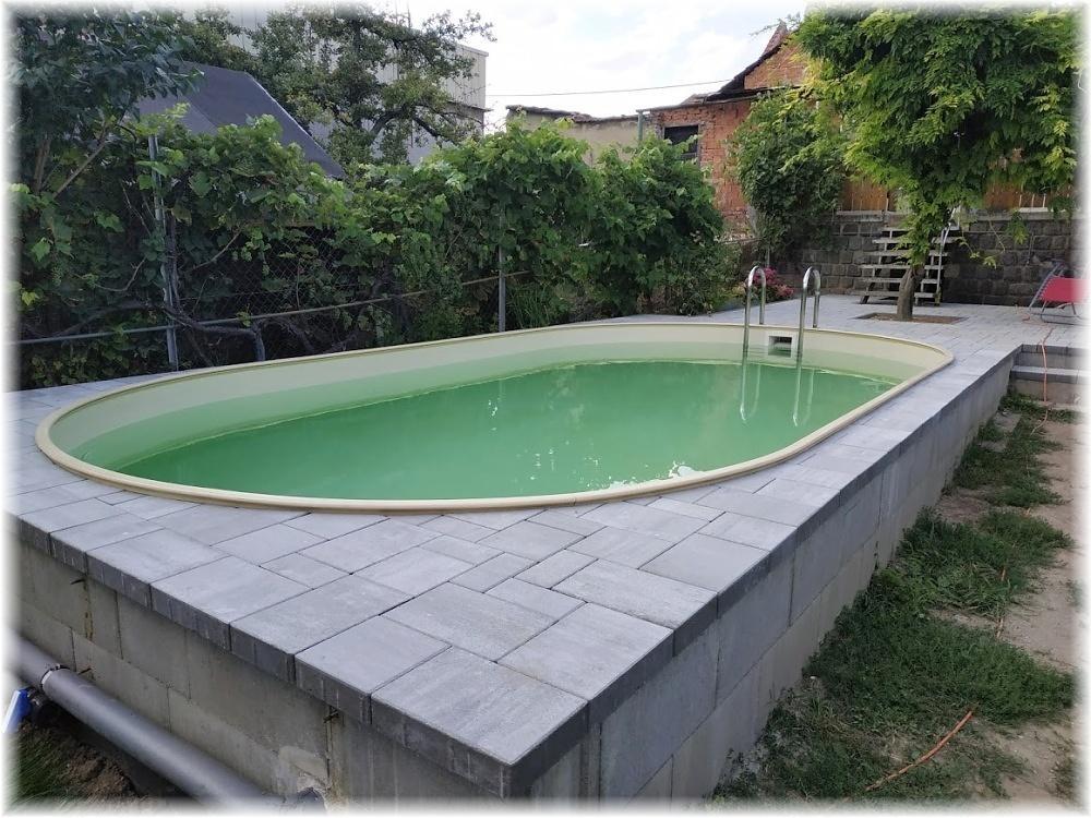 Vlastníma rukama - ze skleníku bazén - Na bok dáme nakonec jen marmolit, snad to bude vypadat dobře. A pokračovat můžeme s cestičkou kolem bazénu, ale to asi ještě potrvá...