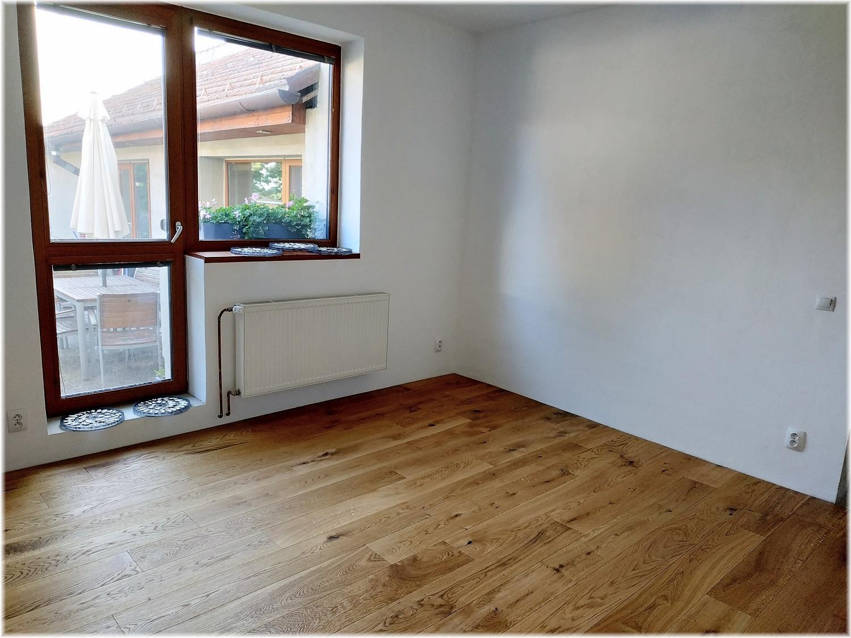 Když se sny plní... Už skoro rok chodím do sklepa si aspoň sáhnout na budoucí podlahu a konečně je to tady a můžu se po ní i projít :) - Obrázek č. 2