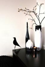 malé tvoření eames bird , ale u nás jen vystřižený ze samolepícího černého papíru, svícen bloomingville od Nordic day, Vánoce u nás letos budou bronzové, bílé a černé plus přírodní deko