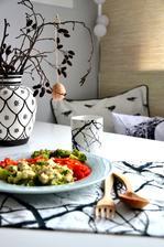 oběd...kuřecí prsa s brokolicí a cottage, oblohapaprika a rajče