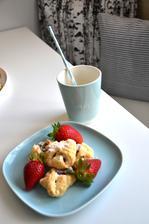 svačinka   šáteček s tvarohem a skořicí jahody
