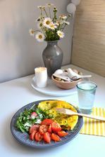 snídaně....omeleta, rukola s tvarohem a cibulkou