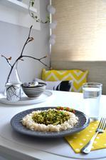 brokolicový salát s tuňákem, paprikou a rajčetem, rýže, podávané teplé