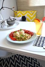 kuřecí kousky s brokolicovou omáčkou, cibulka, rýže, obloha