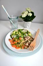 dnešní inspirace....dušené vepřové maso na cibulce s dušenou mrkví, zaleto roztaveným sýrem k tomu salát z rukoly, ledového salátu, ředkvičky, jarní cibulky...jednoduchá rychlovka