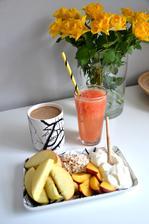 příklad snídaně...ovoce, mysli, bílý jogurt a sťáva vymačkaná z grepu, samozdřejmě životabudič kafe