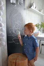 kdo si hraje nezlobí, tabule v kuchyni je super, malý si kreslí a já vařím