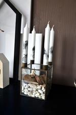 Mramorování, rozpustí se kapka laku na nehty v horké vodě pak se do ní ponoří svíčka