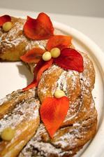 Estonský kringel v našem podzimním podání....recept podle Ládi Hrušky tncz, lístky na podobném principu jako ty z kera hmoty, jen z marcipánu, barveno potravinářským barvivem