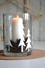 ze samolepící tapety jsem vystřihla stromečky a nalepila na skleněný válec, dovnitř pár šišek z procházky a bílá svíčka