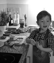 ušili jsme zástěrku ze starých ryflí, tak se musela vyzkoušet, nebojte dítě netýrám :-) v kuchyni jako pomocnou sílu