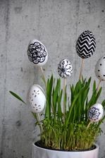 Vajíčka jsou některé umělotina, někteá lisovaný papír, vše OBI i květináč obi
