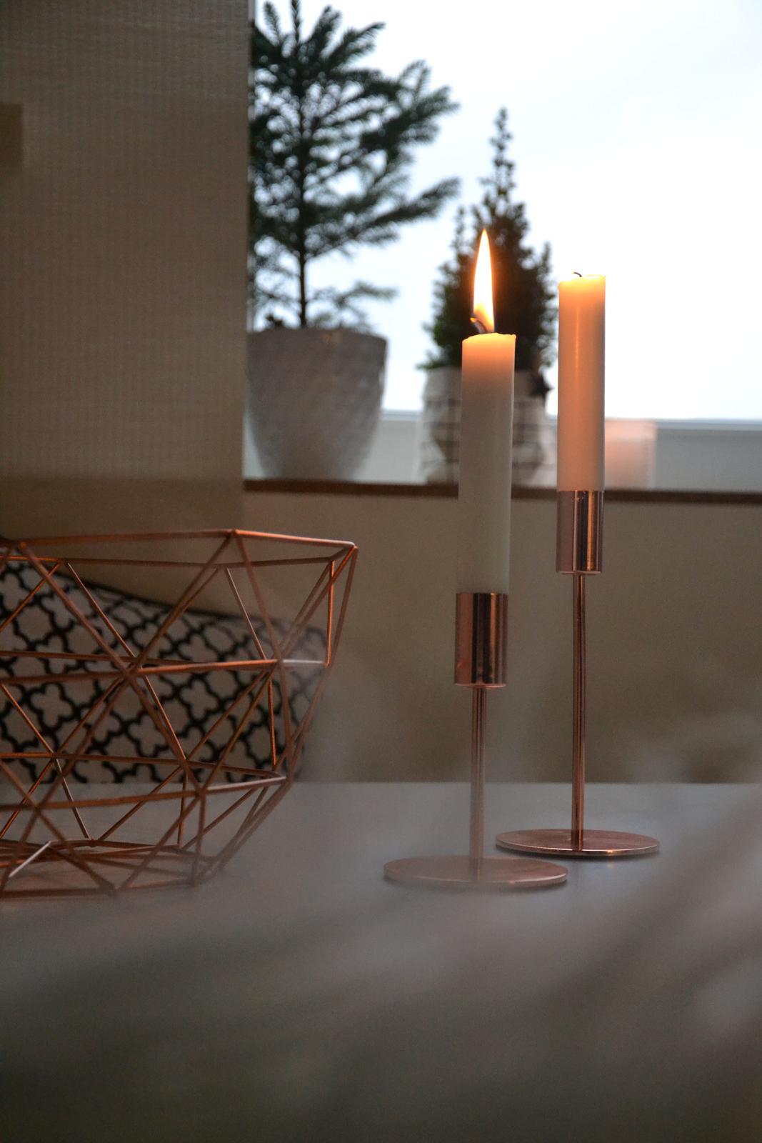 U nás doma v paneláku II. - Svícny z jysku mi krásně doplnily mísu z kiku....někdy nemusí být věci drahé, aby byly hezké