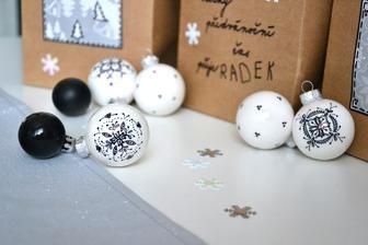 Letos bude mít stromeček, bílo-černo- stříbrný kabátek a asi jen malé kuličky, ještě uvidím :-)