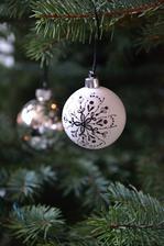 baňkybílé a stříbrné kuličky, ty s ornamenty mnou malované