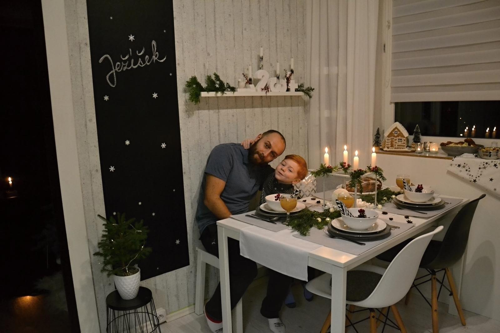 U nás doma v paneláku II. - každoroční foto před večeří s tatˇkou
