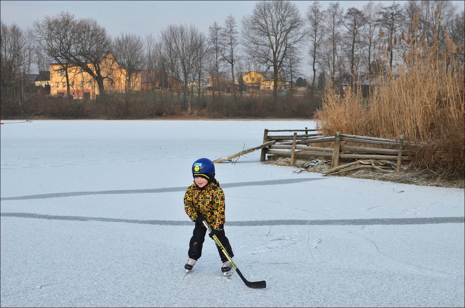 U nás doma v paneláku II. - můj malý hokejist, zima je prostě krásné období