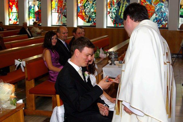 Vierka Sabová{{_AND_}}Ondrej Greš - zlatý pán kaplán, ktorý nám daroval lepidlo....