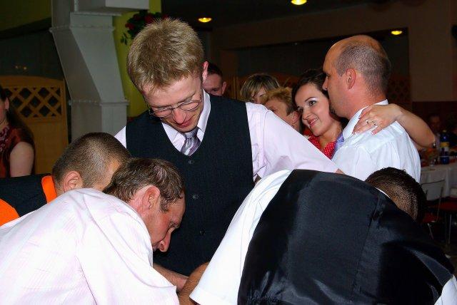 Vierka Sabová{{_AND_}}Ondrej Greš - vyzúvanie topánok, kt. dali chlapcom poriadne zabrať