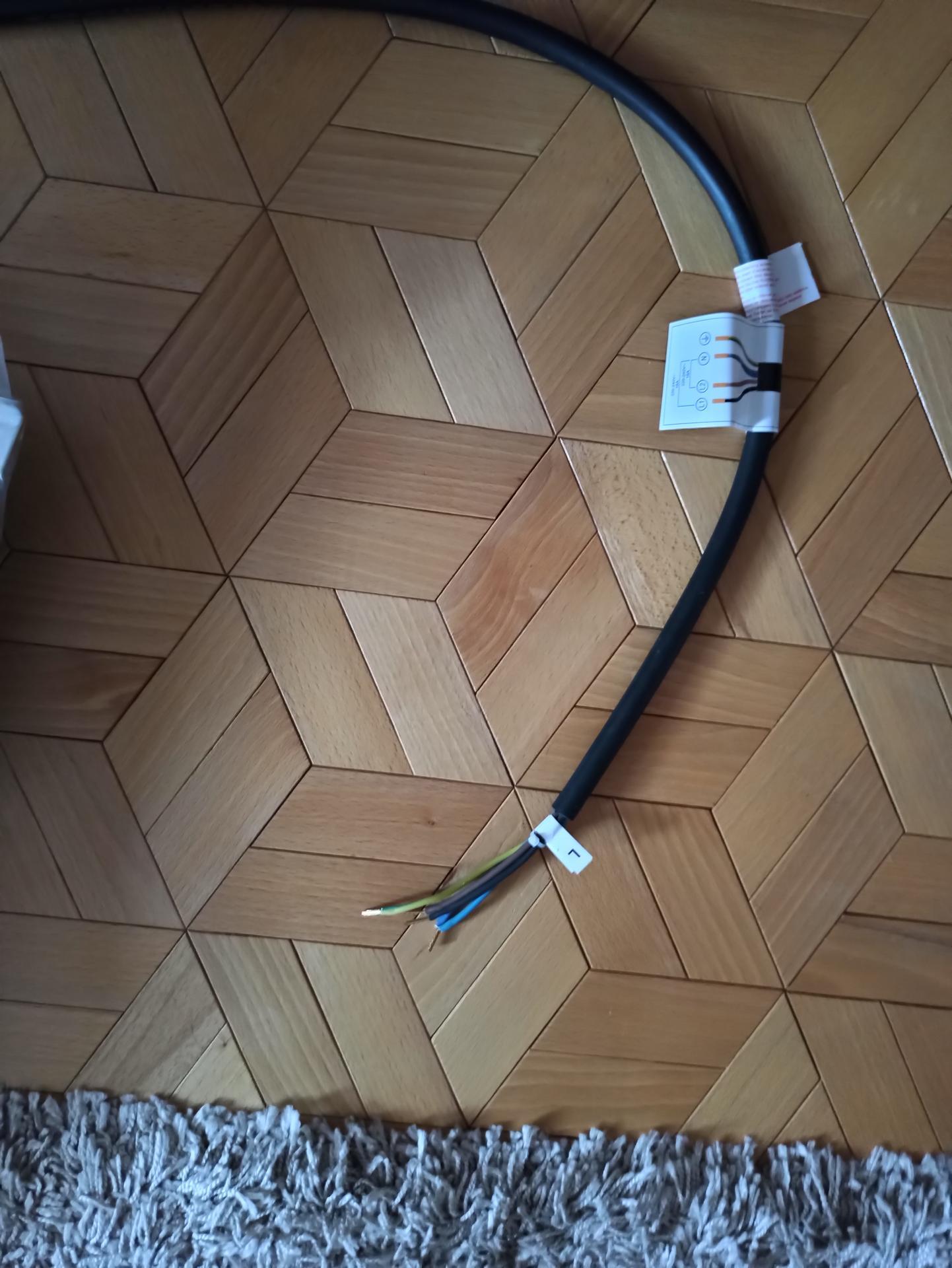 Ahojte, kúpili sme indukciu a takýto má kábel bez koncovky..to tak býva? Ďakujem - Obrázok č. 1
