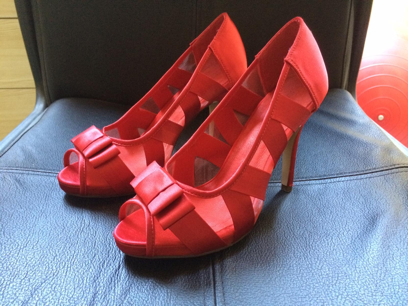 červené nenosené topánky s otvorenou špičkou - Obrázok č. 1